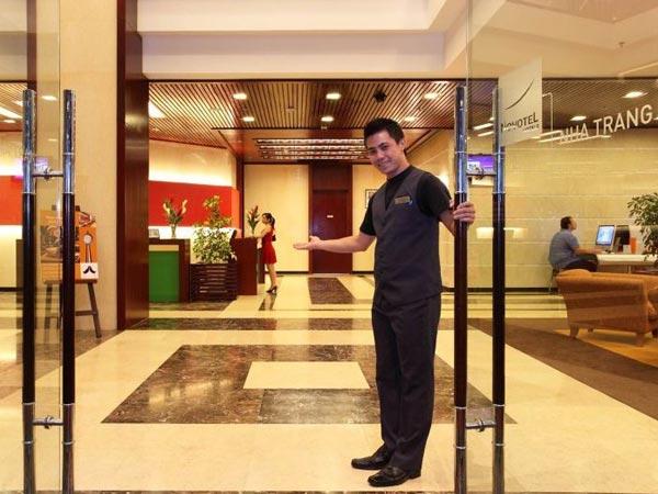 Швейцар у входа в отель Novotel Nha Trang Hotel Фото Вьетнама Туры во Вьетн